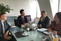 Dr. Marco Kuhn, Dr. Martin Klein, Andreas Hemsing und Sandra van Heemskerk im Gespräch (v.l.n.r.).© komba gewerkschaft nrw